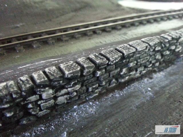 Mur de pierre HO teinté en noir.