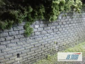 Un mur de pierre HO avec les évacuations d'eau.