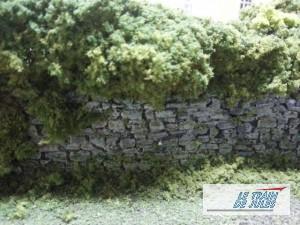 Un mur de pierre HO dans le jardin.