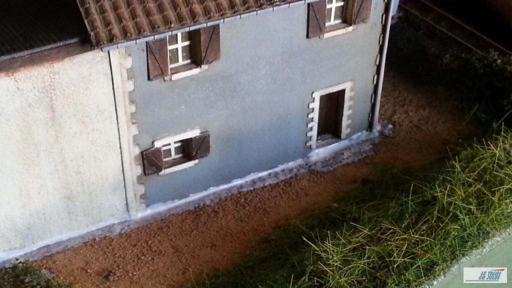 Dépron entre le sol et la maison Ho