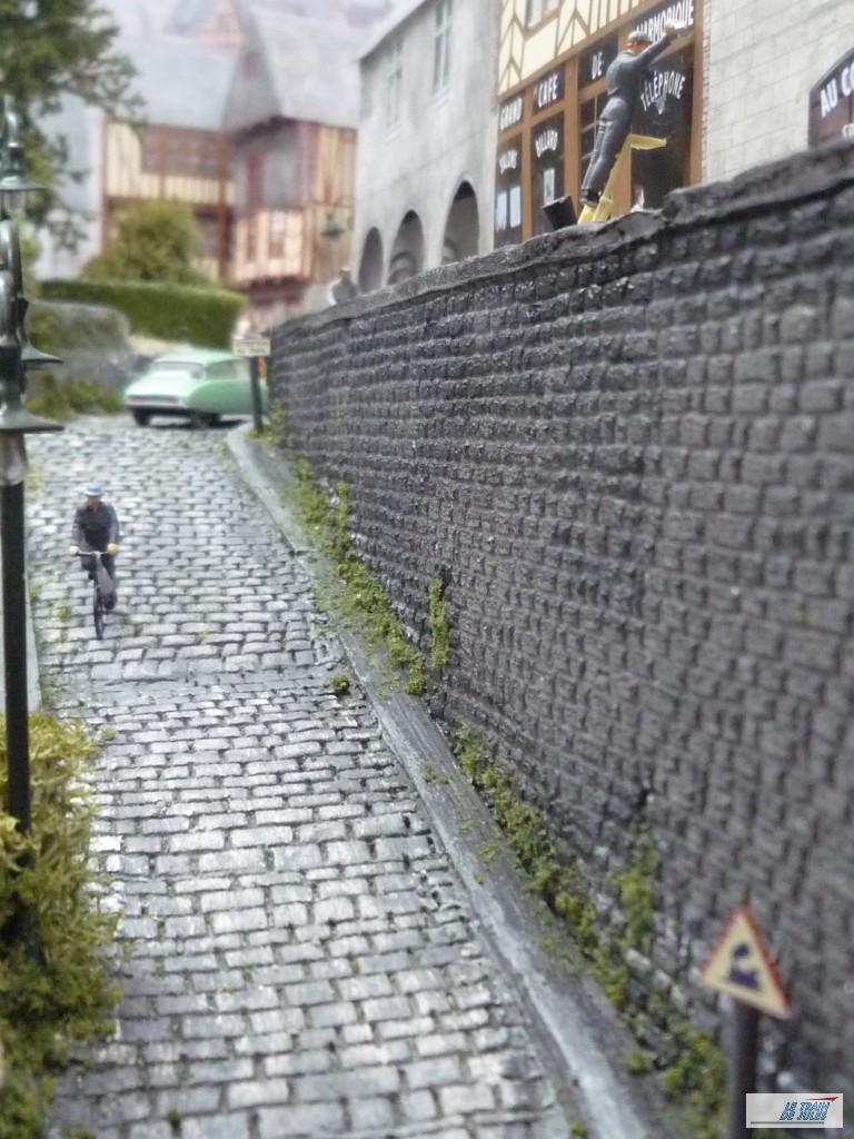 La rue pavée avec Madame Kéfélec qui fait du vélo