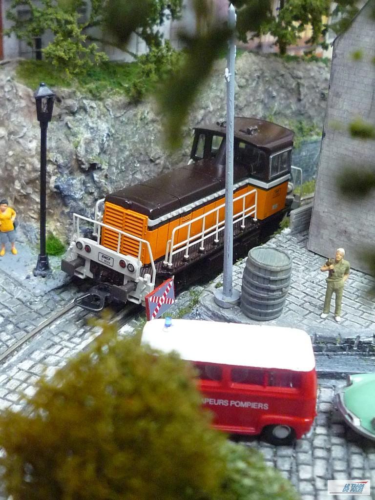 Tiens ! important de marquer l'arret un locotracteur arrive