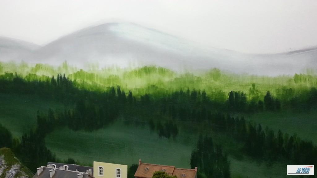 Collines boisées derrière le village