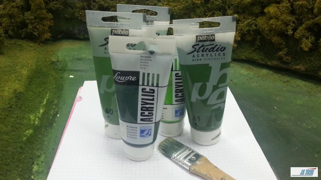 peinture verte et pinceaux.
