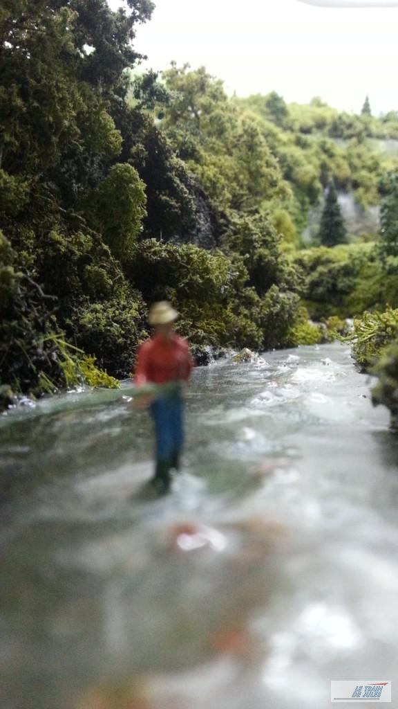 Le pêcheur les pieds dans l'eau.
