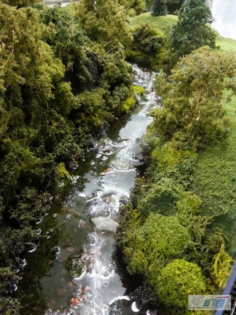 La rivière au milieu du décor.