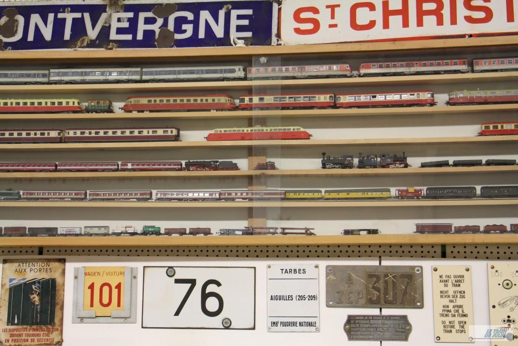 Trains et pancartes
