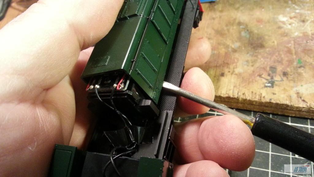 Un tourne vis plat pour ouvrir le capot.
