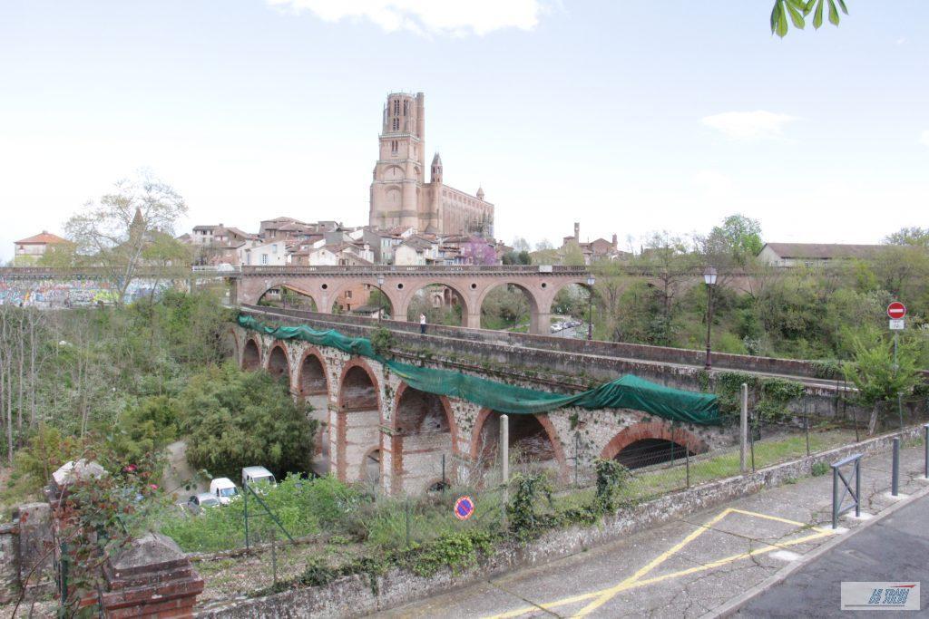 La cathedrale St Cécile à l'arrière du viaduc ferroviaire.