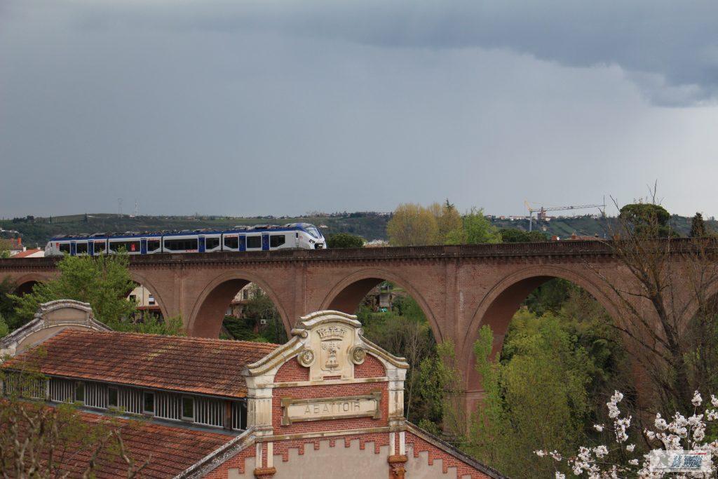 Rame Régiolis en approche sur le viaduc ferroviaire.