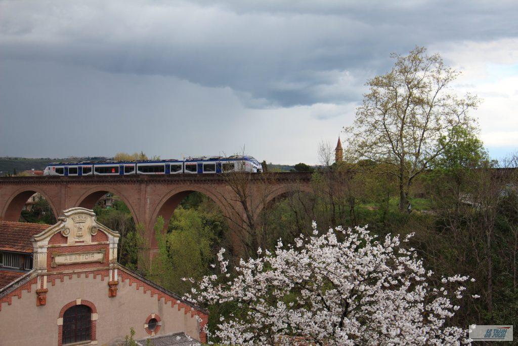 Rame Régiolis en approche sur le viaduc ferroviaire