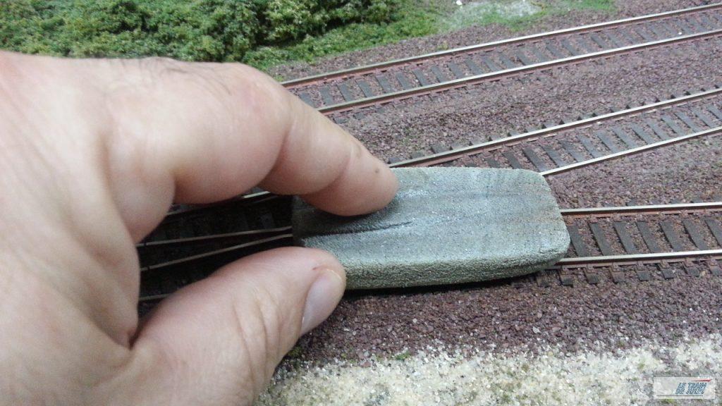 Un coup de gomme pour nettoyer les rails
