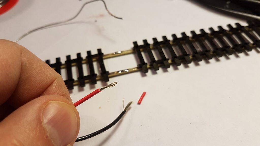 Pour l'Alimentation de la voie les cables sont etamés.