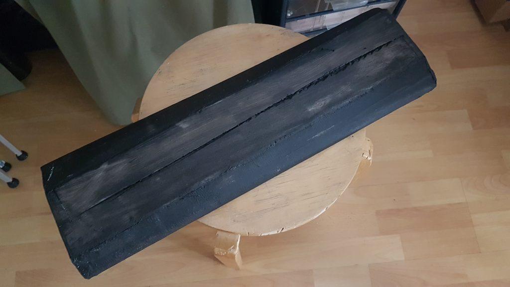 Le socle support est peint en noir