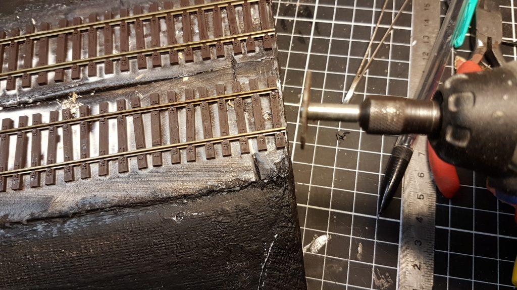 Les rail collés sont coupés en bout