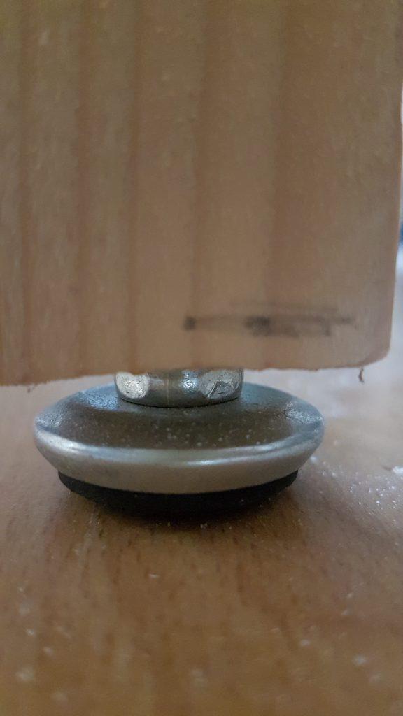 Pied avec tampon reglable