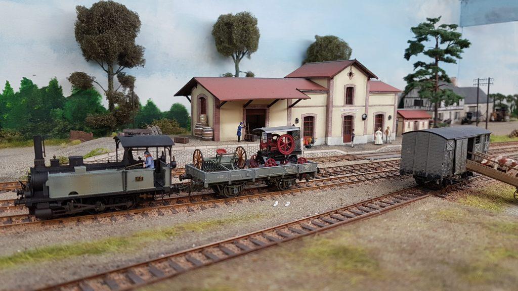 Locomotive vapeur sur le quai de gare.